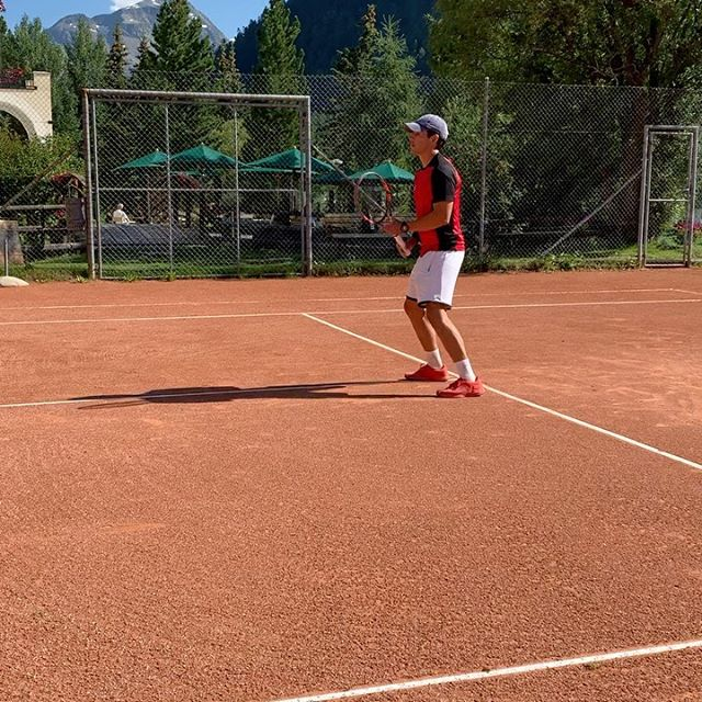 Play the Pro! 🎾World class tennis lessons with Edgar Lopez from Mexico. When else do you have the opportunity to get tips from a player with ATP experiences? Great to have you with us Edgar until the end of August😍#walthermoments#tenniscrack #playthepro #alwaysonthemove #tennis #swisstennis #sandcourts#infrontofthehouse#relaischateaux #uniqueholidayexperiences