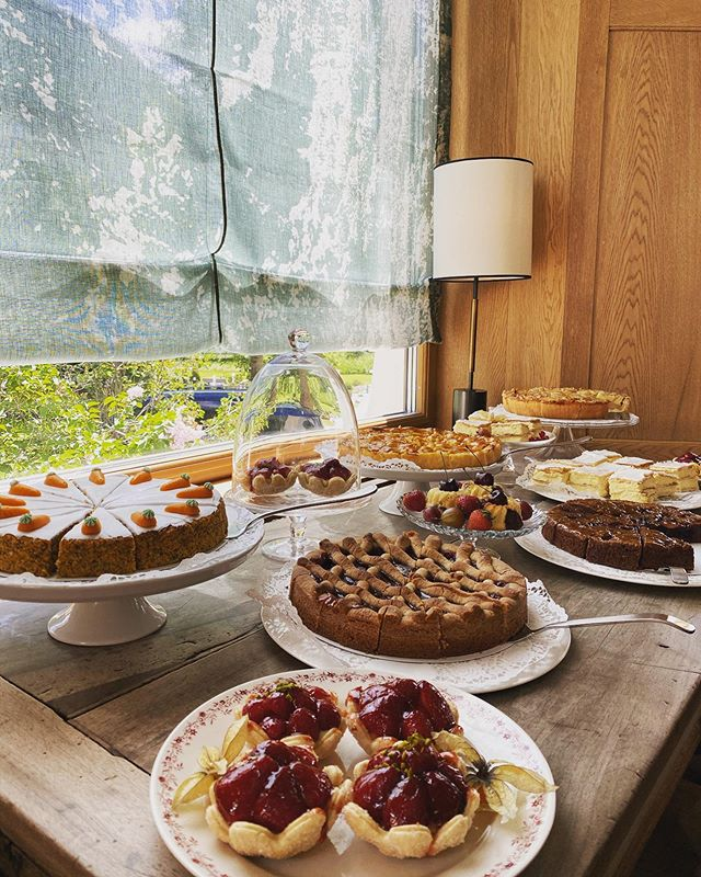 The perfect afternoon retreat. Enjoy our homemade delicacies in our lobby or terrace ☀️ #relaischateaux #walthermoments #homemadefood #cakes #sunterrace #pastry #pastrylife🍰 #pontresina #engadin #lunchwithview