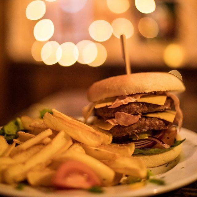 What a big boy !! Retrouvez le Burger BIG BOY dans la formule Van Halen mais aussi à la carte ! 🍔  Le Pub Restaurant O'Sullivans Rebel Bar vous accueille tous les jours, en semaine de 17H00 à MINUIT et jusqu'à 02H le Vendredi et Samedi ! 💘 So, who's the big boy ? 👀 ⠀ .⠀ .⠀ .⠀ .⠀ .⠀ .⠀ .⠀ .⠀ .⠀ #OsullivansChatelet ⠀ #IrishPubParis ⠀ #RestaurantParis ⠀ #IrishBarChatelet ⠀ #FoodParis