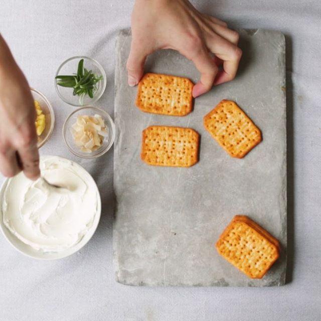 Apero time 🌸😋 Sweet edition // toppings easy & délicieux 👌 Ananas caramélisé 🍍 – cream cheese – romarin et coco… Parfait pour des cravings gourmands😍 #topyourtuc
