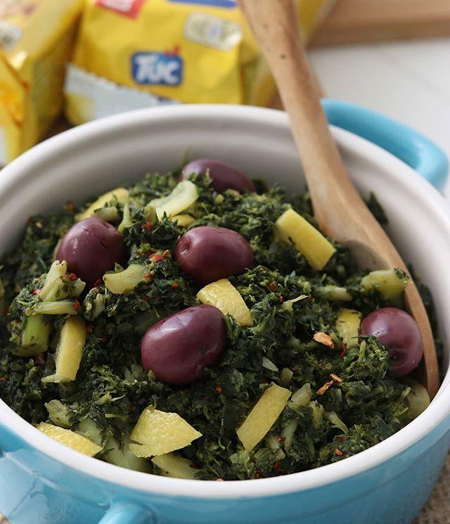 TUC MET EEN MAROKKAANSE TWIST!😍 Eén van mijn favorieten is de TUC Original en ik kan in mijn eentje makkelijk zo'n pakje naar binnen werken!🙊😂 Welke TUC is jouw favoriet? • Deze Bakola en Taktouka salades zijn een typische Marokkaanse salades die vaak als bijgerecht worden geserveerd naast bijvoorbeeld een tajine, maar wist je dat beide salades ook erg lekker zijn als tapenade op een TUC?😍 Op de blog deel ik het recept met je van deze twee tapenades!  @uitdekeukenvanfatima  #الخبيزة #المطبخ_المغربي #سلطة_مغربية مقبلات_مغربية #directelinkinbio #TOPYOURTUC #sp #TUC #typischmarokkaans #tapenades #Bakola #Taktouka #TUCmeteenmarokkaansetwist