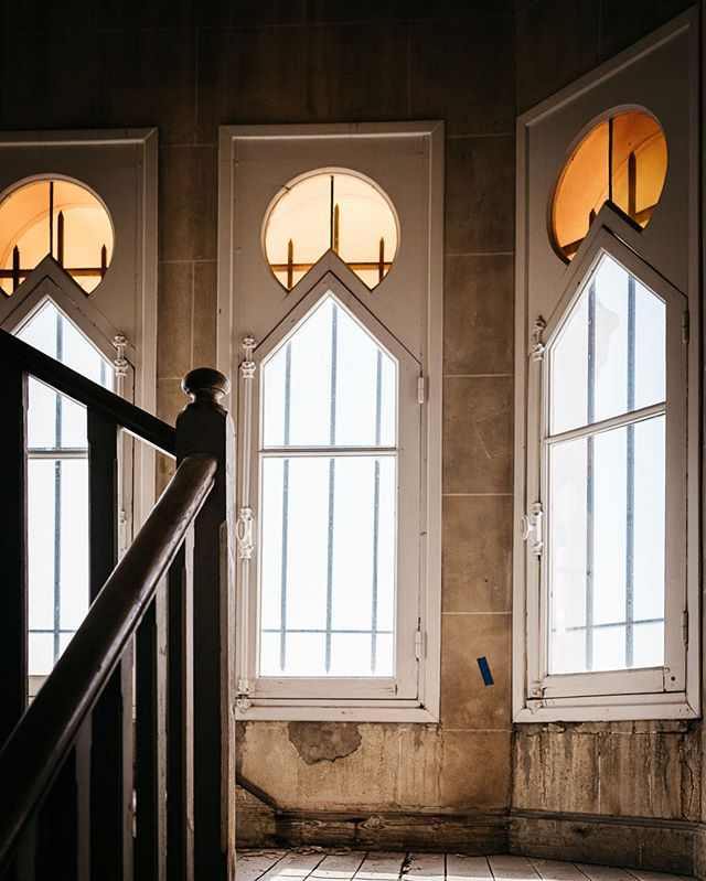 Notre escalier majestueux se transforme pour retrouver sa gloire d'antan 💫 📷 @marionroudilphotographe • #villadjunah #djunahliving • #cotedazur #frenchriviera #southoffrance #visitfrance #openingsoon #historicalbuilding #neomoorish #wonderlust #mediterranean #architecture #architecturephotography #architecturaldesign #weddingvenues #lieumagique #vuemer