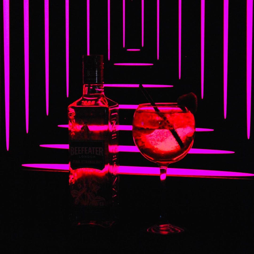 🌹 Valentine's day is coming 🌹 . Pour l'occasion nous t'avons prévu un cocktail exceptionnel 🍓50 shades of pink 🍓 .  Que tu sois avec ta moitié ou célibataire, rejoins-nous pour cette soirée exceptionnelle . #saintvalentin #love #cocktails #paris #bar #drink #night #valentineday #pink #picoftheday #instagood #instagram #couplegoals